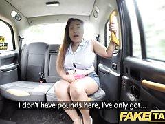 Taxi finto La massaggiatrice tailandese con grandi tette fa la sua magia