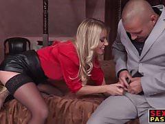Die blonde Blondine wird von zwei Abweichlern analisiert