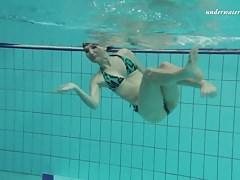 Hottie stretta rasata Markova nella piscina ceca