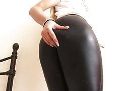 Cutie adolescente se quita los pantalones apretados y los dedos de su coño