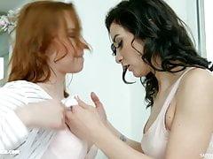 Chelsy Sun a Valentina Bianco v lesbické scéně Kontrola déšť