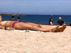 Młodzi toples nastolatki na Barcelona hiszpańskiej plaży