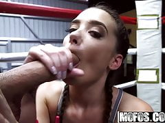 Gia Paige - Boxing Brunette scopa nel ring - Pervs On Pat