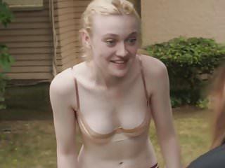 Blondes Babes video: Dakota Fanning in a bra