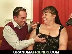 Gruba dojrzała kobieta bierze dwa fiuty na raz