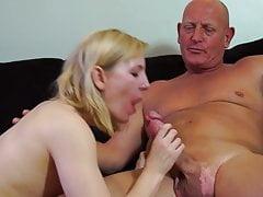 Amateur Mutter saugt und fickt einen glatzköpfigen Papa