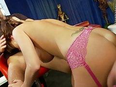 Paige Ashley soutient la baise hardcore par deux fers affamés