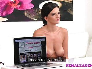 Femaleagent豐滿的化妝師獲取代理濕和角質