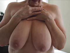 Oma zeigt ihr Titten.