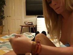Elaina Raye kocha twoje gorące spuszczanie się na stopach
