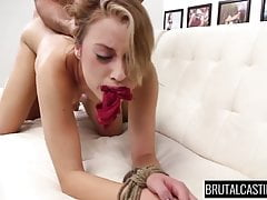 Sexy Teen Marina Angel bekommt ihre Löcher beim Casting verwüstet