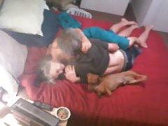 cctv cam pary na łóżku z psem