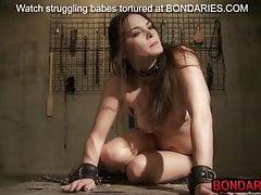 Wspaniały nastolatek niewolnik jest torturowany gorącym woskiem, kolcami i wibratorem
