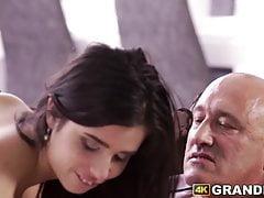 Atemberaubende junge Latina Arsch von reifen abweichenden Schwanz gefickt