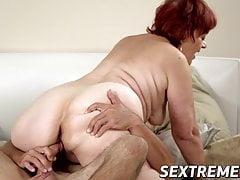 Ruda babcia daje głowę przed namiętnym waleniem