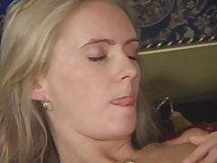 blonde Schönheit wartet auf Hahn