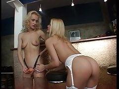 Due donne hanno un divertimento lesbo