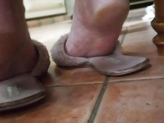 Amateur Foot Fetish porno: candid soles in slippers