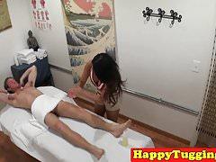 Bigtitted azjatycka masażystka szarpie się i ssie