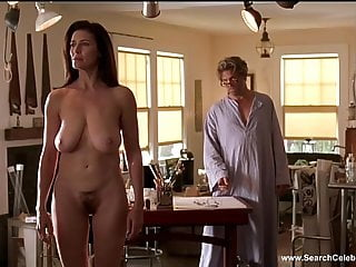 咪咪羅傑斯在地板上裸露著門