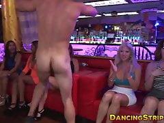 Horké amatérské jezdecké striptérky klečí, zatímco její kamarádka je milenka