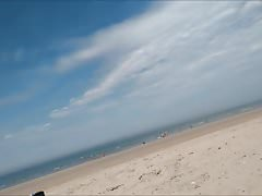 donna bollente sulla spiaggia