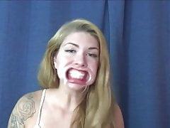 La bionda Ficke ti da un'idea profonda del suo viso!