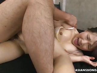讓她浸泡濕貓的亞洲婊子性交很大
