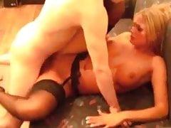 Niemiecki frajer pieprzy bardzo gorącą blond sukę
