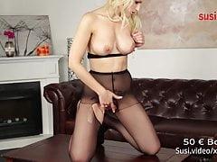Prawdziwa niemiecka amatorka Mika masturbuje się w rajstopach!