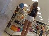 Novinha pagando polpinha da bunda em shorts branco