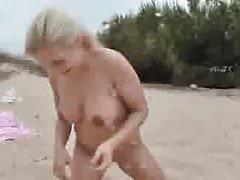 Beach couple piss fun