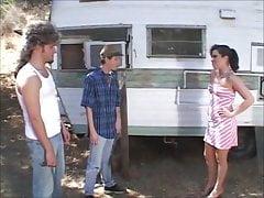 Gorąca dziewczyna z przyczepką Ashley robi ciasne dziury pieprzone przez rednecks
