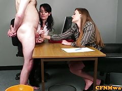 Büro Babes streicheln Schwanz während CFNM Fetisch