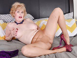 Milfs Grannies Pantyhose video: American gilf Sindee Dix gets horny in pantyhose