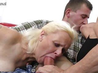 兩個奶奶在三人組中享受一個大公雞