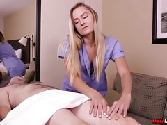 Netter Massage-Therapeut sitzt auf Ruckgesicht