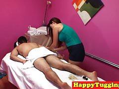 Gros seins masseuse asiatique cowgirling et tirant