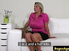 Bigboobs Casting Babe spielte ihre rasierte Muschi