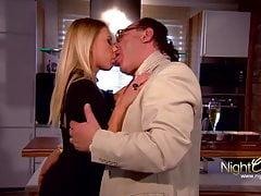 StiefOpa baise la jeune étudiante dans le cul