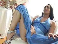 Irene masturbuje się! z jedwabną suknią o zapachu bardzo śliniącym
