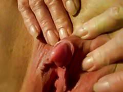 La sua clitoride eretta dopo l'orgasmo gangbang