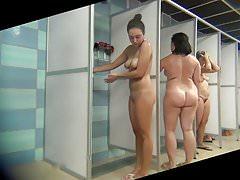 Babe z pięknym brzuchem bierze prysznic
