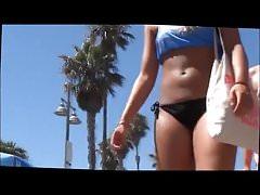 Offene gebräunte Blondine im schwarzen Bikini Bottoms Walking