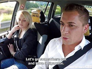 令人難以置信的現實陌生人偷看捷克的出租車