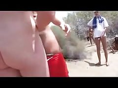 Dejando a la esposa dar la mano a un extraño en la playa TTT