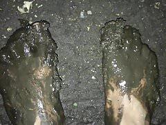 Camminando a piedi nudi nel fango