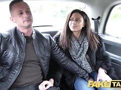 Fake Taxi Cachonda esposa francesa que comparte un trío en el asiento trasero del taxi