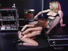 Domina spielt mit Perfect Slave Girl