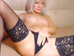 Babe Orgasms and Wets jej Lingerie z jej Soki